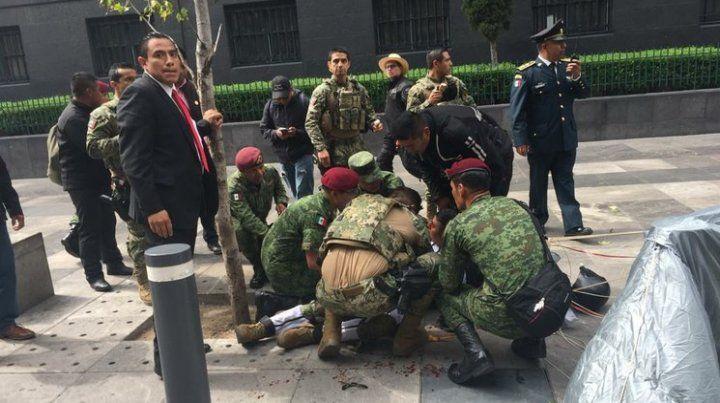 El terrible instante en que un paracaidista se estrelló contra el pavimento