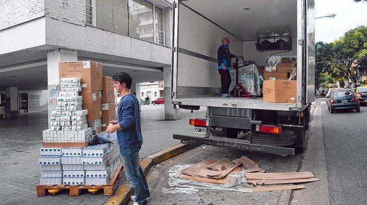 Escasos. Operarios descargan medicamentos en la puerta del Cemar. La imagen fue tomada hace varios meses