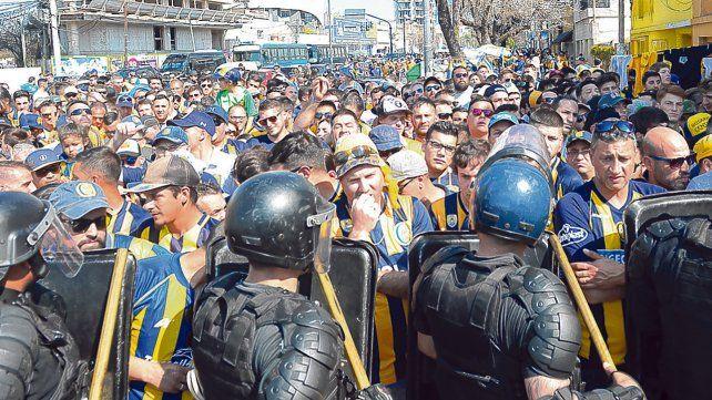 No pasarás. El cordón policial intenta contener a centenares de auriazules que quieren ingresar al Gigante de Arroyito.