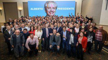 Postal. Fernández, junto a Massa y Caserio, reunió a más de cien intendentes y candidatos mediterráneos.