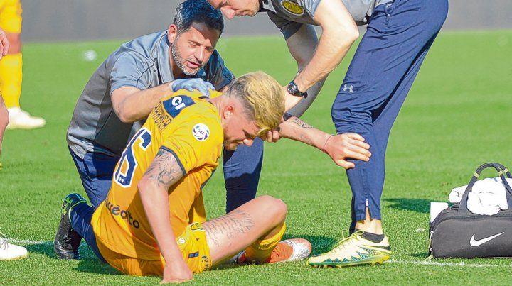 Mala pata. Barbieri es asistido por el médico y el kinesiólogo. El dolor en la rodilla le impidió continuar en cancha.
