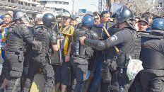 Tensión. Los policías arman un dique de contención ante el empuje de los hinchas que querían ingresar al Gigante.