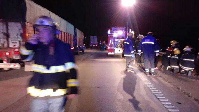 Los bomberos de Cañada de Gómez en el lugar del accidente.