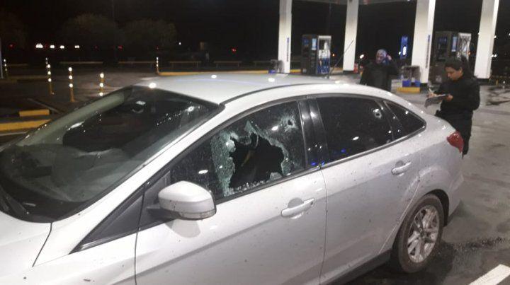 El Ford Focus donde se trasladaba el comisario Valdés y la suboficial Roxana González el día en que resultó herido en la autopista.