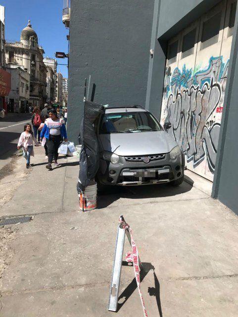 Un automovilista estacionó en la vereda en pleno centro y generó el repudio de la gente
