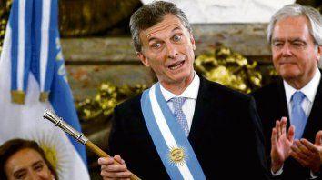 con otro bastón. Macri mandó hacer un nuevo bastón en Mercedes.