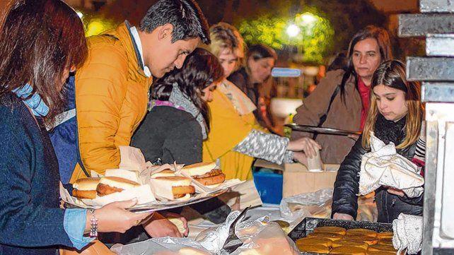 la gran mesa. Los voluntarios sirvieron hamburguesas completas el pasado viernes en la plaza Montenegro.