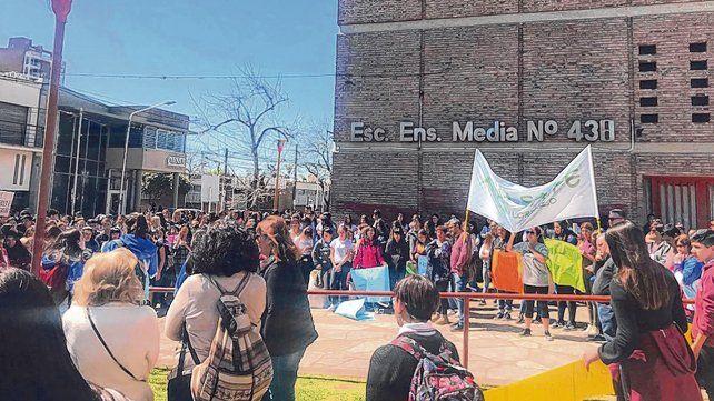 movilizados. La comunidad educativa se manifestó ayer frente al edificio.