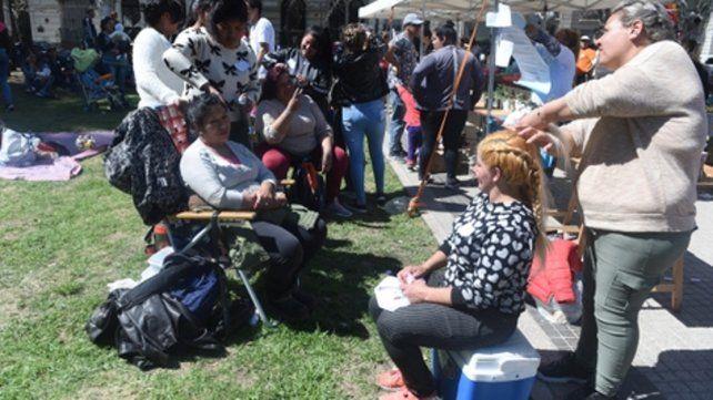 en acción. Un grupo de mujeres muestra lo aprendido en un taller de peluquería