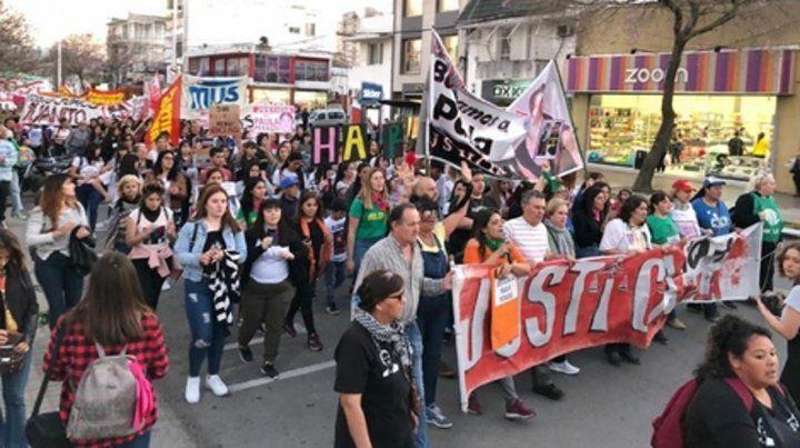 presentes. Una columna compacta de gente caminó por la avenida San Martín hasta la esquina de los bancos.