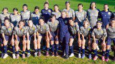 Auriazules. El equipo de AFA junto a su entrenadora, ayer previo a la práctica en Granadero Baigorria.