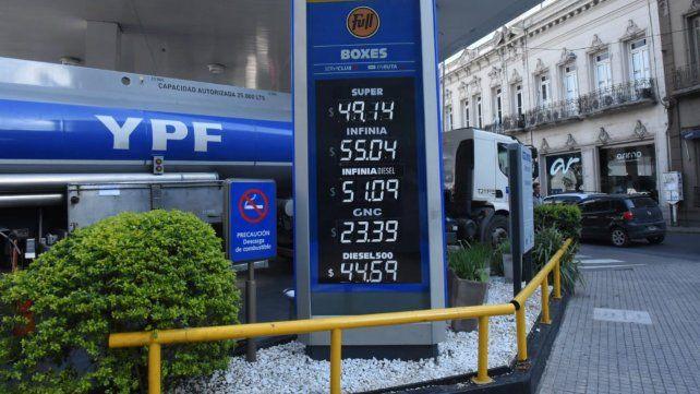 El gobierno descongeló el precio de la nafta y habilitó suba del 4 por ciento