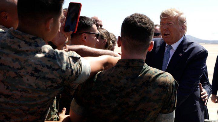 Visita. El presidente Trump es saludado al llegar a una base de marines.