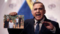 Polémica. El fiscal chavista muestra la foto de Guaidó con Los Rastrojos.