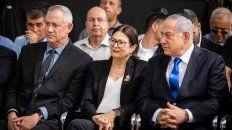 Juntos. Gantz (izq) y Netanyahu (der) ayer en un homenaje a Shimon Peres.