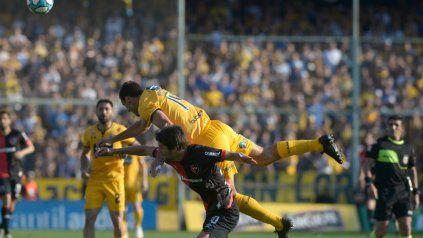Por arriba. Novaretti se impone en el juego aéreo ante Albertengo. El defensor hará su debut como titular.