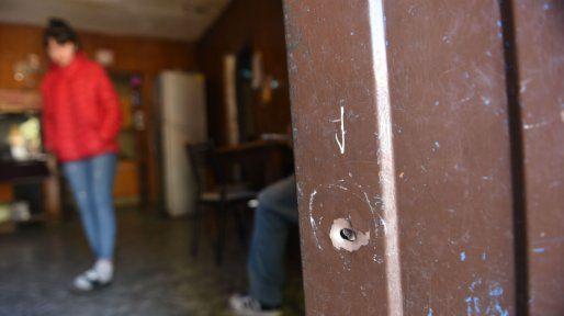 Una de las balas atravesó la puerta de la casa donde vive Francesca