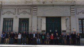 Brazos unidos. Uno de los sectores en pugna frente a la institución de Buenos Aires al 1200.