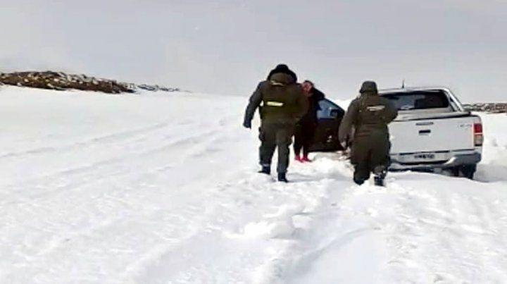 Entre la nieve. La policía cuando llega a rescatar a la mujer en la Hilux.