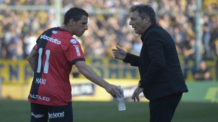 Kudelka habla con Maxi en el clásico. El DT dijo que el desafío en el torneo es permanente.