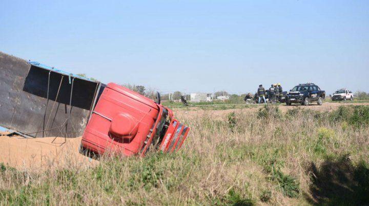 El camión quedó volcado en un zanjón y auto completamente destrozado