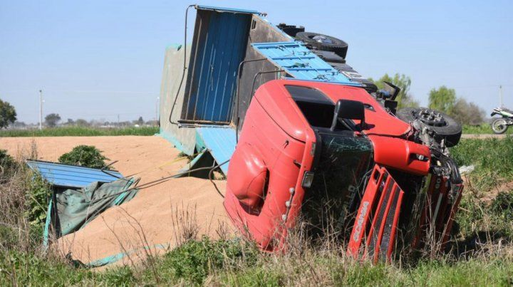 El camión quedó volcado en un zanjón.