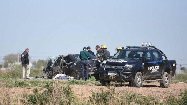 Un muerto al chocar de frente un automóvil y un camión que volcó en un zanjón