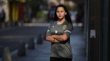 La joven Selena Chamorra empezó a celebrar el fútbol en una plaza de su barrio, Alvear.