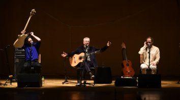 En familia. El músico se presentó junto a sus hijos en El Círculo.