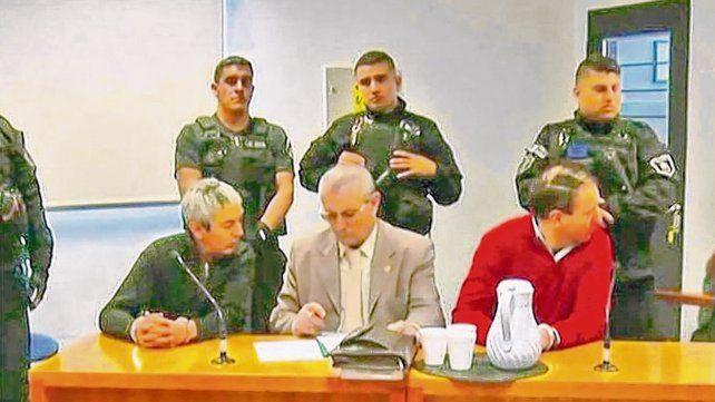 Sin mirarse. El ex comisario Mariano Valdés (a la izquierda) y su segundo, Higinio Bellagio, mediados por su  abogado.