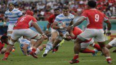 Durísimo. El fullback rosarino Emiliano Boffelli intenta penetrar la defensa de Tonga. El hombre de Duendes le dio claridad al equipo desde el fondo de la cancha.