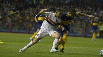 Maxi encara. La Fiera Rodríguez busca imponerse ante la férrea marca de Izquierdoz, quien anotó el gol de Boca.