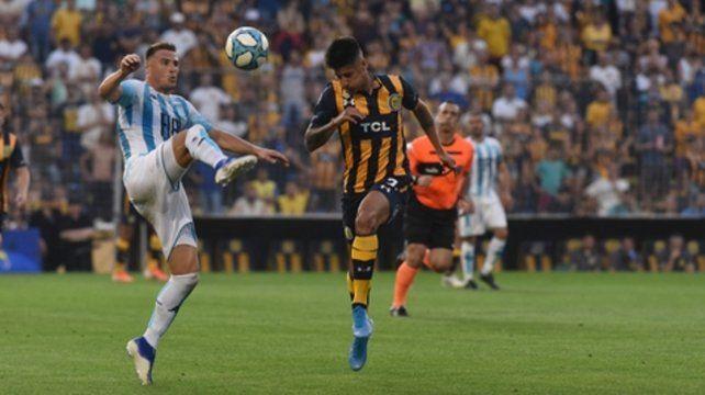 Duelo en la banda. Iván Pillud y Joaquín Pereyra disputan el balón. El juvenil canalla fue reemplazado en el complemento.