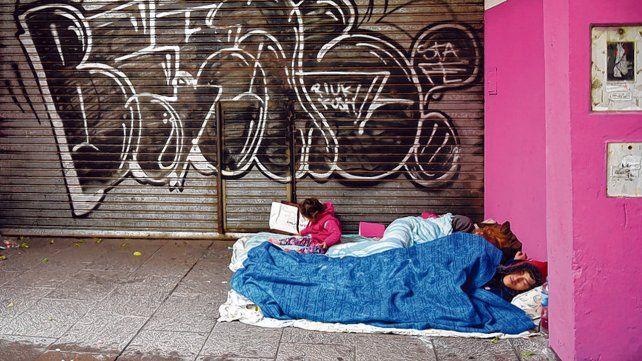 Excluidos. Una familia duerme a la intemperie en pleno centro de la ciudad.