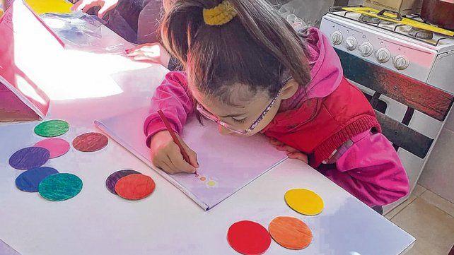 inclusión. Carolina Manzanel ahora percibe con su olfato los colores que plasmará en sus dibujos.
