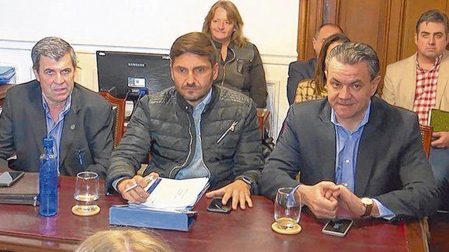 De frente. El ministro Maximiliano Pullaro escoltado por los diputados oficialistas Oscar Pieroni y Rubén Galassi.