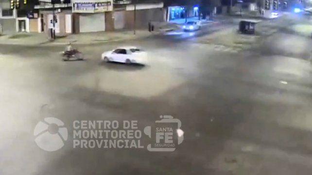 Impactantes imágenes de un auto que choca con una moto