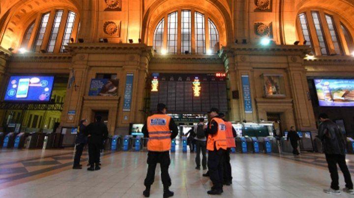 Vigilancia. El hall central de Retiro. El enorme movimiento de pasajeros en la Caba impone más seguridad.