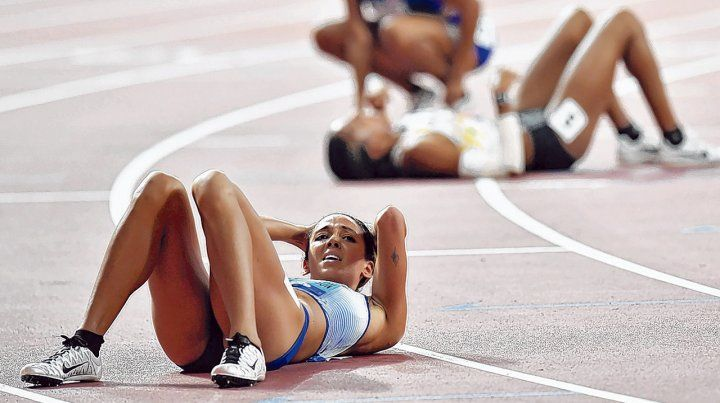Derretida. La imagen de la atleta británica Katarina Johnson-Thompson tras ganar ayer.
