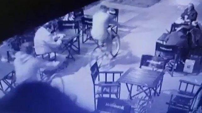 Video del robo de dos ladrones en bicicleta al cliente de un bar