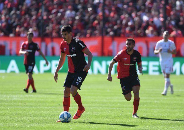 Rodrigo Salinas acompaña a Maxi Rodríguez y Lucas Albertengo en la delantera rojinegra.