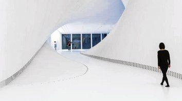Diseño futurista. El puente cruza las orillas de más de 60 metros del río Randselva.