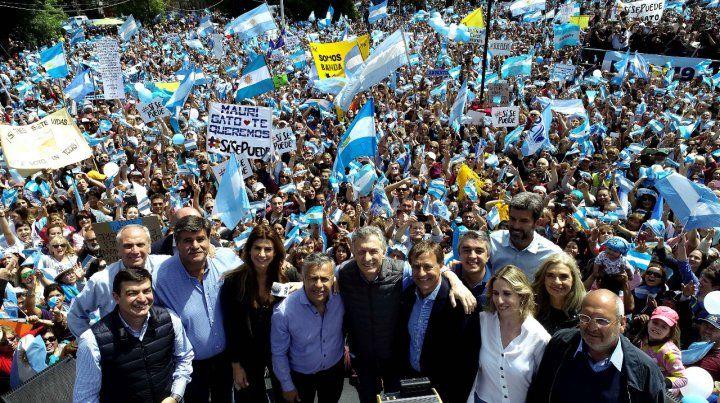 Juntos. El presidente se mostró junto al gobernador Cornejo en un masivo acto en la capital mendocina.