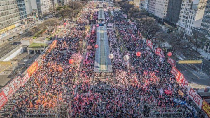 En la 9 de Julio. Una multitud se congregó ayer en la ciudad de Buenos Aires en torno a las consignas del FIT.