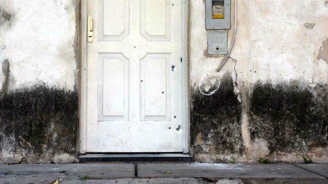 Las balas impactaron contra el frente de la vivienda de Santiago al 3000.
