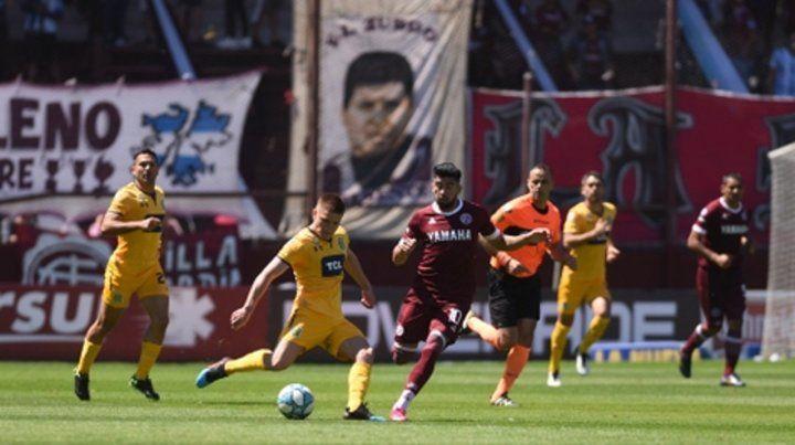 Apunten y disparen. El Colo Gil saca un derechazo ante el acoso de Marcelino Moreno.