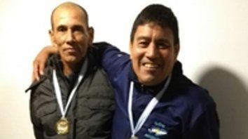 Campeones. Oscar Cabral y Brasiliano Chávez tras recibir la medalla de oro del truco.