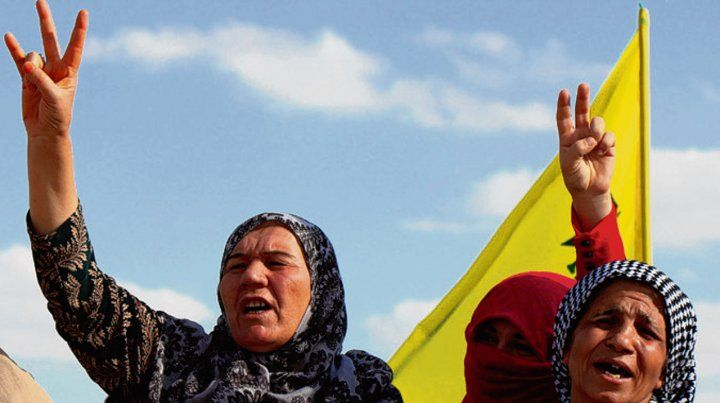 Traicionadas. Mujeres kurdas ayer cerca de la frontera con Turquía.