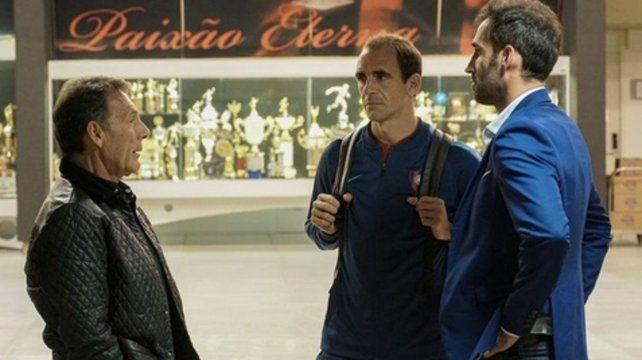 Ultima charla. Russo dialoga con su ayudante Somoza y el gerente deportivo Nanni.