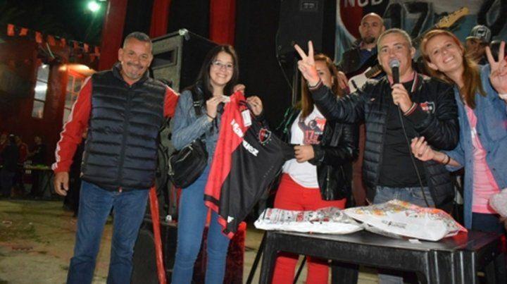 Premio. Victoria (izq.) ganó el sorteo de la camiseta firmada por los jugadores.